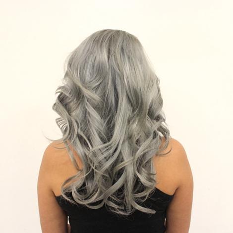 Cabello color plata cenizo